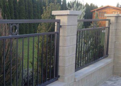 Modern kerítés: készülhet horganyzott, szinterezett vagy akár rozsdamentes kivitelben.